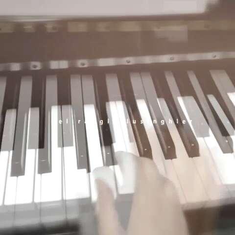 学习钢琴中.