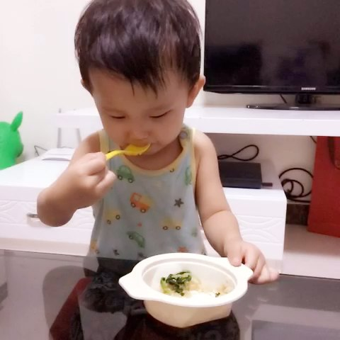 多像幼儿园的小朋友,会自己吃饭了