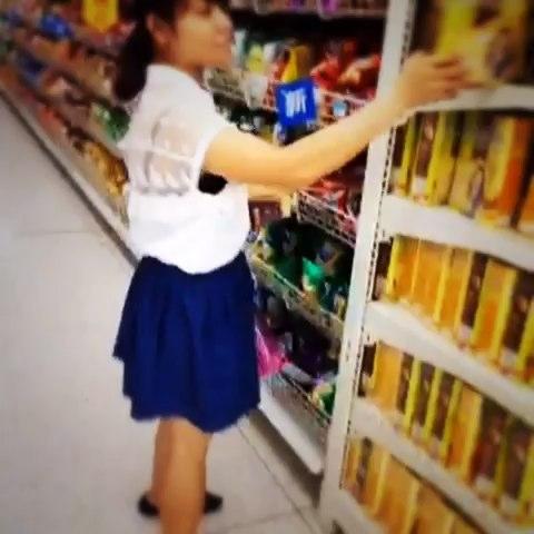 女人逛商场,永远跟个小孩一样!