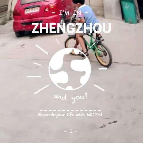 小学生学骑自行车