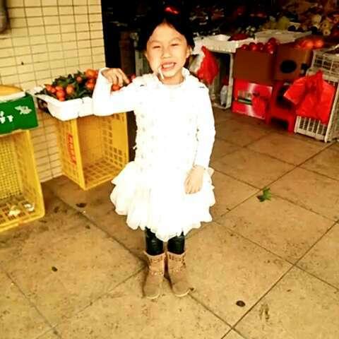 秋宜穿着白色裙子