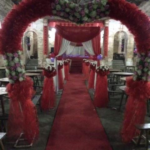 乡下礼堂大红色婚礼布置