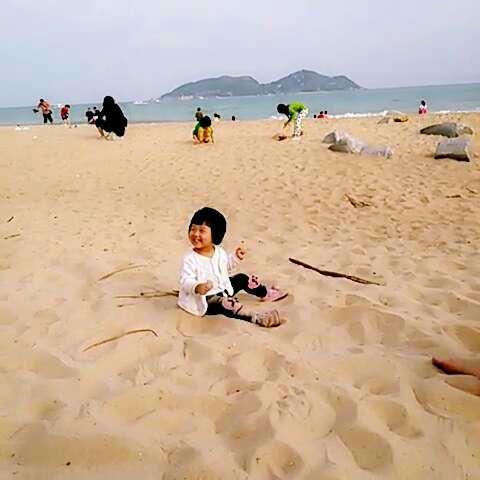 玉玉宝贝下分界洲岛后在海边玩沙子