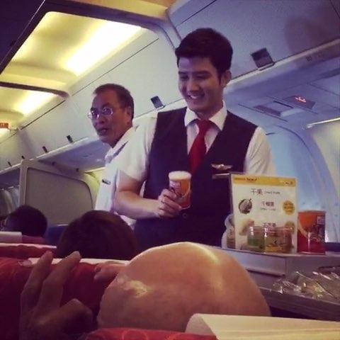 飞机上遇见的像王力宏,但比王更帅的空少,原谅我们从
