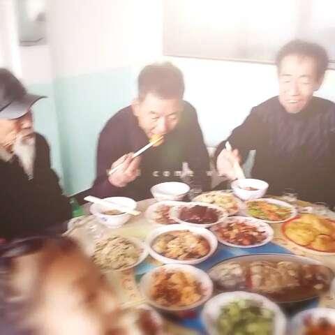 一家人吃饭喽