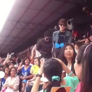 泰国一对男男情侣Both和Newyear手牵手离开体育馆,引得众多腐女尖叫声,不知道的还以为比赛多么激烈啊😝😍😝#同性伴侣#