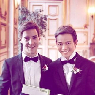 【跨国男男恋情:Hee和Brice】曾就读于曼谷大学的越南男孩Hee与法国男孩Brice相识,并相恋2年。2014年11月19日,他们在法国举行了婚礼。Brice是一名设计师,而Hee也曾做过越南著名歌手谭永兴的设计。目前,他俩定居法国。两人也非常满意目前的生活状态。😘#同性伴侣#