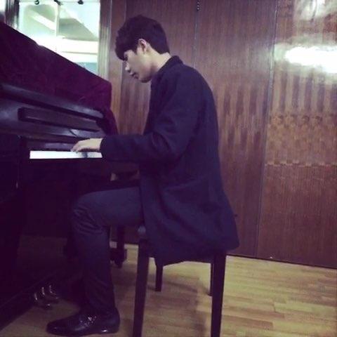 帅气男生弹钢琴图片-小提琴图片 钢琴图片