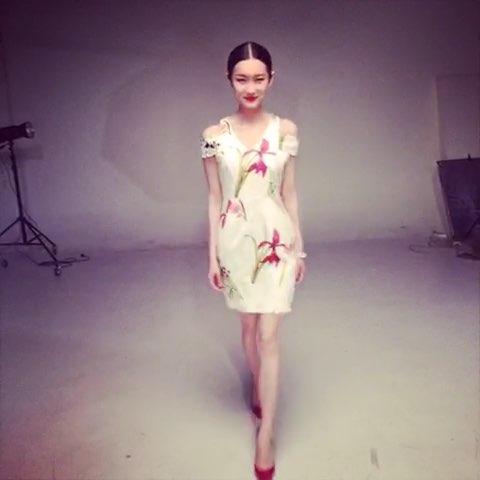 """#吕颖的颖私#揭秘模特日常,设计师品牌的夏装拍摄,有"""""""