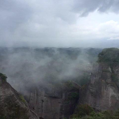 烟雾缭绕的群山!