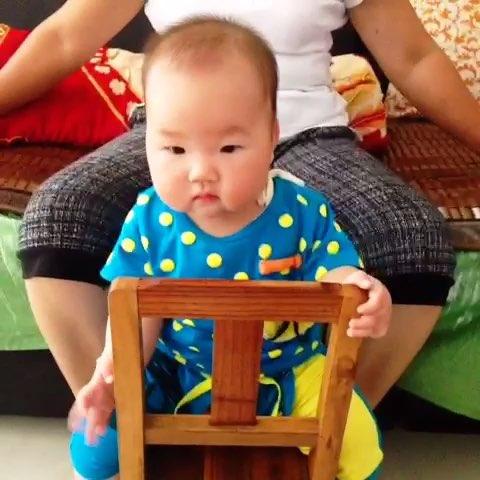 今天七个月啦,宝宝学会坐板凳了