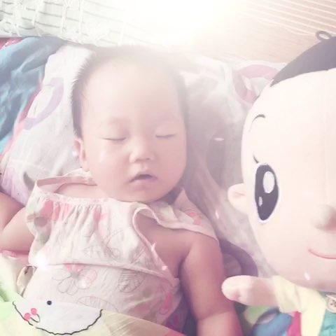 宝宝给娃娃穿衣图片