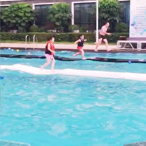 泳池奔跑矢量图