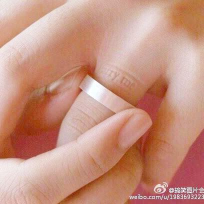 1.右手小指:不谈恋爱.2.右手无名指:热恋中.3.右手中指:名花有主.4.图片