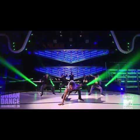 全美街舞大赛 Elektrolytes,这一下摔得好重,简直是用生命在跳呀,看这场主题跟狼有关系,是追捕狼吗?整个舞蹈情节,动作,牛掰呀,聚集超人气,最炫酷的流行街舞,就在快手看片电脑版ABDC 全美街舞大赛