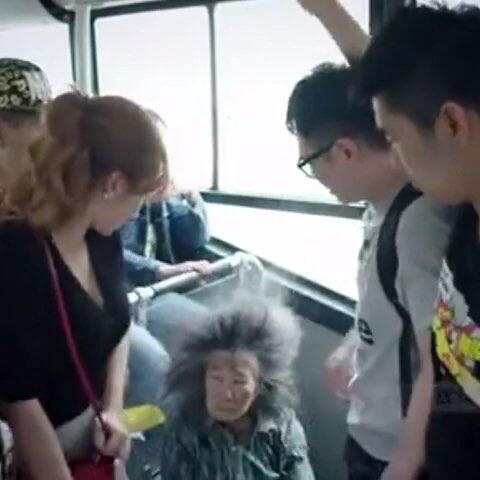 众人公交车上放屁1,惹怒结局记者美女外央视拍,美女把人笑抽的
