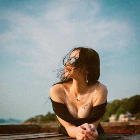 """屋顶上的美女#周末##照片电影##女神#@女神频道官"""""""