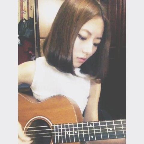 """吉他弹唱#爱很简单# 很有意义的一首歌 很多回忆。"""""""