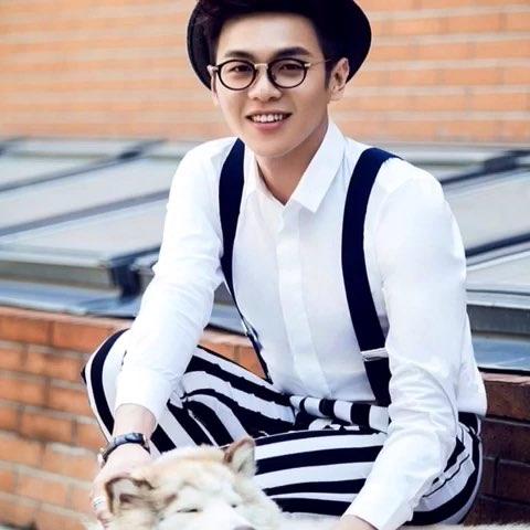 白衬衫搭配黑白条纹背带