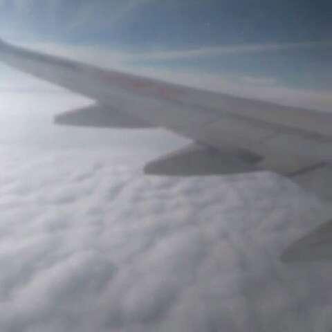 飞机上,白云朵朵