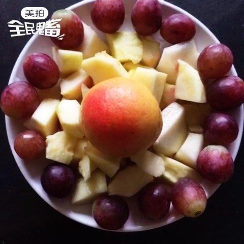 全民鬼畜##美食#水果拼盘:苹果,桃,提子,南果梨