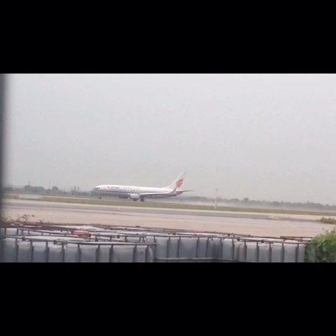 下雨天和舍友去看飞机起飞