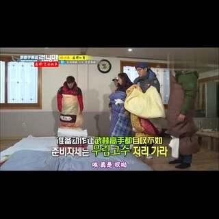 #running man##裹棉被跳枕头#☺,这一期的游戏很多很有趣,还有美食喔😊,建议去看完整版。(期数:20121216,嘉宾:#韩孝珠##高修#)#搞笑#