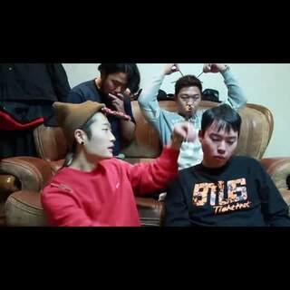 #韩国光棍节#双十一到了,单身狗的节日到了,光棍节快乐!韩国人也过光棍节,不过韩国人光棍节以吃pepero(棒状的巧克力饼干)流行,相互之间互赠pepero(不仅仅是年轻人之间)传递友情、爱情,玩pepero游戏!视频中的欧巴单身🐶们用pepero来娱乐下大家#pepero游戏#