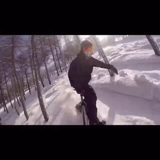 2015首滑🏂地点在张家口崇礼万龙滑雪场🎿今年尝试了野雪🙈太爽了…不过危险系数太高了!!最后撞树上了当时还以为断了,真吓死宝宝了😝#单板滑雪##gopro##旅行##滑雪#