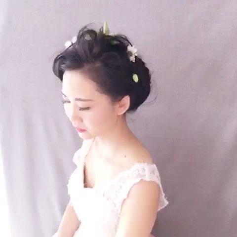 短发新娘鲜花造型,19号电发棒分区不规则进行电卷,用图片