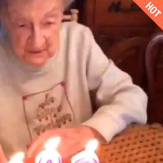 奶奶过生日很开心<span class=