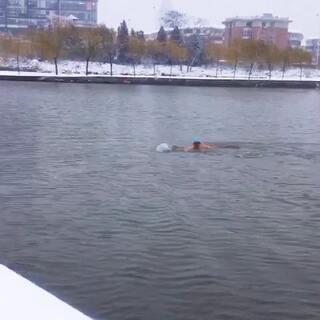 冬泳是勇敢者的运动.我喜欢挑战极限。
