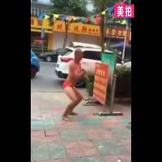 六旬大爷身穿比基尼街边狂秀钢管舞😁#宇宙最强广场舞#