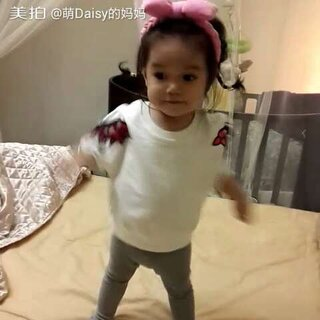 哈哈哈。今晚继续跳舞,好像个这个阶段的宝宝跳舞只会这些动作☺☺☺#今天穿这样##宝宝频道精选视频#