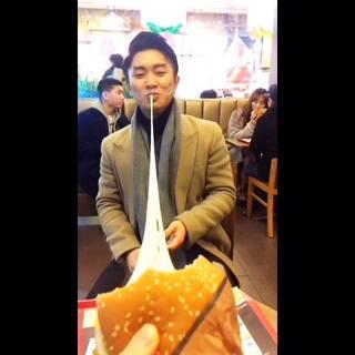 롯데리아 치즈버거😘 韩国的芝士汉堡 #直播吃饭##聚会##自拍##走哪吃哪##元旦快乐#