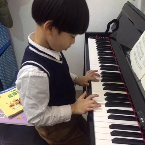 宝宝练钢琴