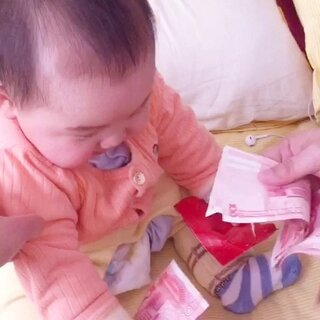 #可爱宝宝##宝宝是个小财迷#看到数钱笑的合不拢嘴😝😝😝