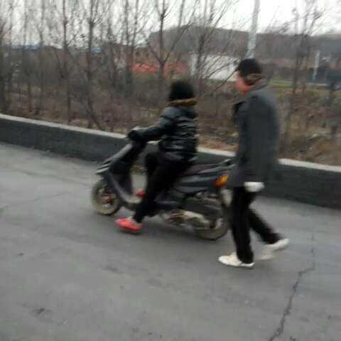 妈妈学骑电动车,哥哥当教练 - 藏獒世界的美拍