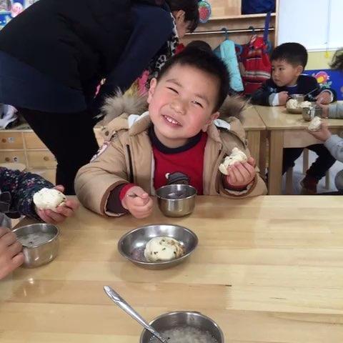 4岁1个月第19天 幼儿园午睡起床 吃点心 可快了呢