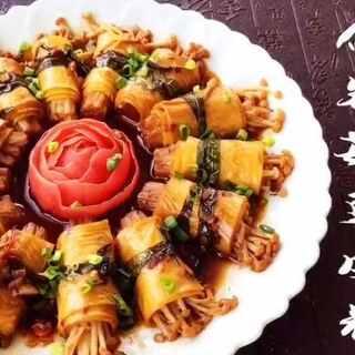 我认真看了亲们每一条留言和私信,了解到想看素菜的亲特别多,其次是鱼,烘焙,排骨,别急,我都会满足你们😘那这期就先来#素食煮意#《豉香金针菇豆皮卷》想吃什么留言给我,我会选出你们最想吃的做给你们😘#美食##爱美私房菜##我要上热门#🎵Everytime下期就做鱼@美食频道官方号 @美拍小助手