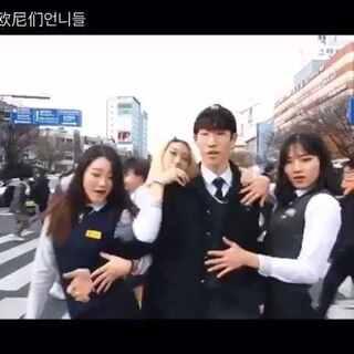 #爱玩的欧尼们#一帮韩国高中女生们一起跳鸟叔的DADDY~看样子也是大冷天,真是为艺术现身了~~好吧,我看上那位挤胸的小姑娘了~关注我们,会有更多精彩呈现哦! #这个视频有毒##在韩国很火的视频##我要上头条##舞蹈##鸟叔##韩国高中女生##DADDY##高手在民间#@美拍小助手@玩转美拍@美拍娱乐