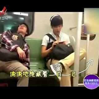 #戴耳机唱歌#在地铁里戴耳机唱歌要注意了,小哥唱嗨喽😂😂😂