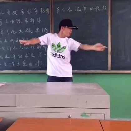 英语老师 大秀街舞!即兴表演哦!喜欢的点赞加关注哈~#宿舍的日常#