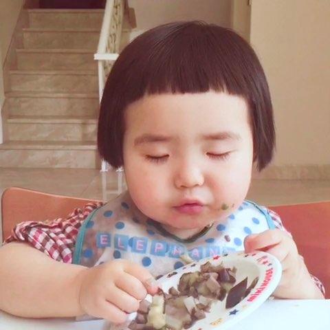 今天的午饭。小蛮吃饭差点睡着后来坚强地战胜睡意,最后依旧一扫光。应大家要求部分视频没有加快。#可爱吃货萌妹纸#