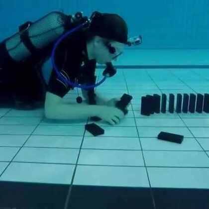 #涨姿势#在水底玩多米诺骨牌会发生什么神奇的事情?