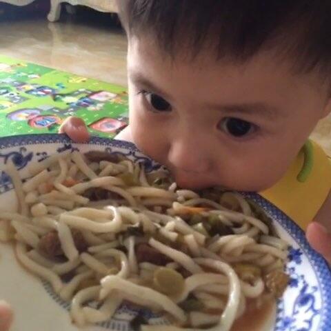 #宝宝##宝宝吃饭#Alan吃粽子总是a宝宝!#吃了面条不太熟的黑米图片