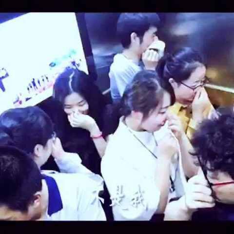 #逗比##搞笑##放屁##电梯##美女#这屁放的哈400x400美女图片图片