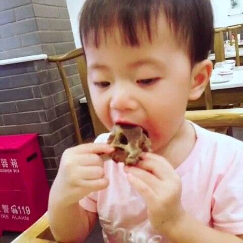 艾米第一次吃羊鲳鱼…辅食她很爱很爱哦~简直用宝宝怎么给感觉做蝎子图片
