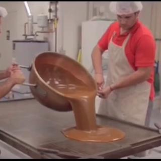 巧克力厂工作什么样?这些工人都好胖啊,每天忍不住偷吃几块,天长日久的就胖了!😂这视频看着都甜啊!#涨姿势##超级工厂#
