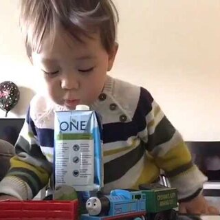 (原音)#宝宝诱惑小测试#Ethan午睡后的炸毛发型 一瓶纯椰子汁 盖子打开的 放在他面前 告诉他不要喝 我去洗手间.....看视频前你们猜最后他喝了吗😉😉#Ethan25个月##Ethan在加拿大##宝宝#